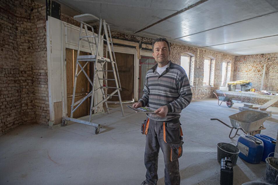 Bauherr René Böhmig steht im künftigen Anmeldebereich der Praxis, die in einem denkmalgeschützten Haus an der Hoyerswerdaer Straße in Kamenz entsteht. Er ist so oft es geht auf der großen Baustelle.