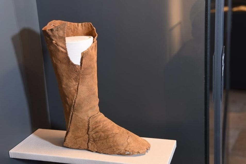 Leder bleibt selten erhalten. In Niederpöbel hat Frank Schröder Reste von einem Bergmannstiefel gefunden. Damit war es möglich, diesen zu rekonstruieren, so dass ihn die Besucher im Dippser Museum für mittelalterlichen Bergbau sehen können.