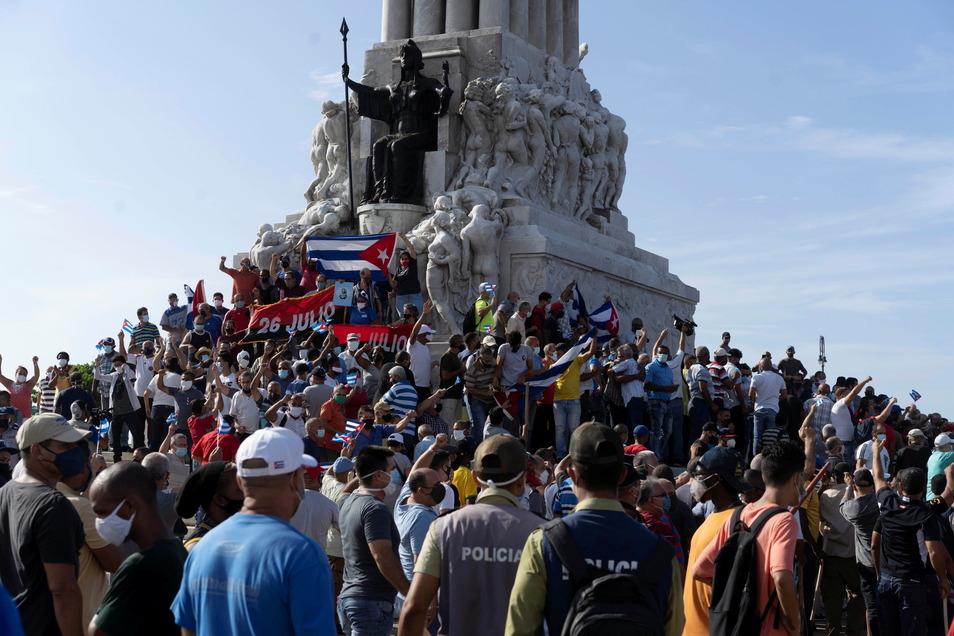 Kuba, Havanna: Unterstützer der Regierung versammeln sich am Maximo-Gomez-Denkmal. Sie protestierten gegen die Demonstranten.