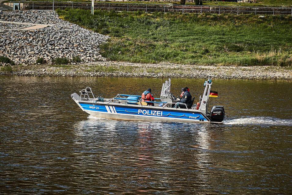 Die Wasserschutzpolizei patroulliert täglich auf der Elbe einschließlich an den Wochenenden und Feiertagen im Zweischichtsystem von 6 Uhr bis 22 Uhr.