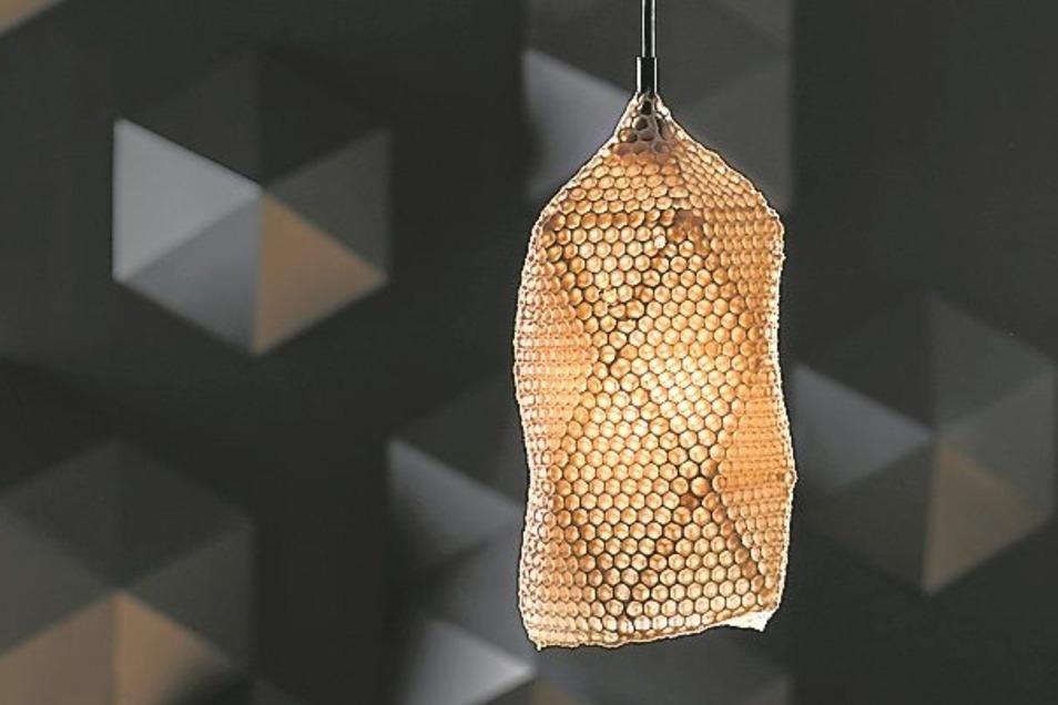 Die Lampe aus Bienenwachs wurde teils von Bienen gefertigt.
