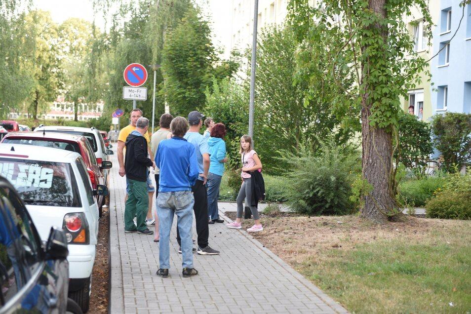 Mehrere Bewohner des Hauses beobachteten den Einsatz vor dem Haus.