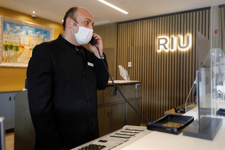 Ein Rezeptionist spricht am Telefon im Hotel Riu Festival in Palma de Mallorca.