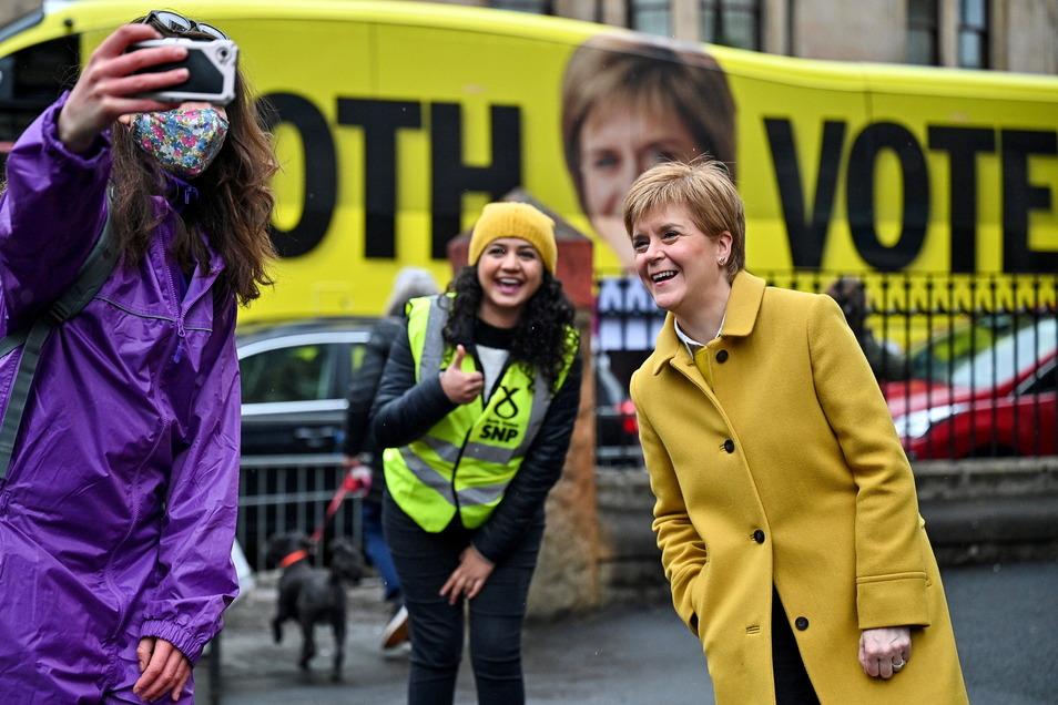 Nicola Sturgeon (rechts), Erste Ministerin von Schottland und Vorsitzende der Schottischen Nationalpartei (SNP), hofft bei der Wahl zum Regionalparlament auf eine absolute Mehrheit.