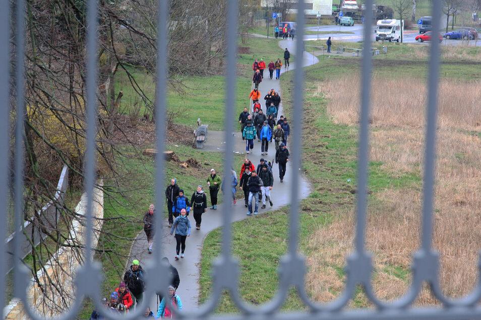Der Weg an der Elbe in Pirna war am Sonnabend mehr als gut besucht.