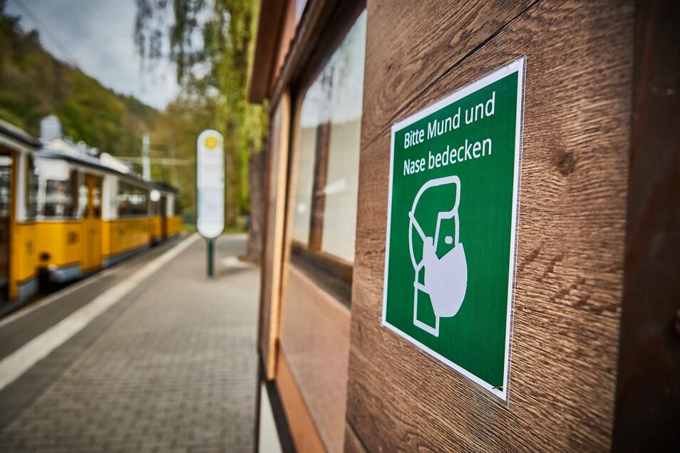An vielen Haltestellen wie hier in Bad Schandau gibt es Hinweisschilder.