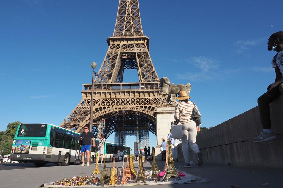 17. August 2019: Der Mann, der sich Sokolow nennt, fliegt von Moskau nach Paris, besichtigt dort den Eiffelturm und andere Sehenswürdigkeiten.