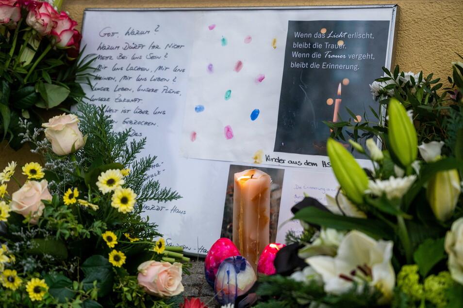 Vor dem Wohnheim wurden Blumen und Kerzen niedergelegt.