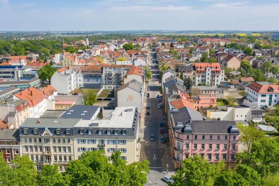 Blick aus Richtung Puschkinplatz in Riesa die Goethestraße hinunter. Hier herrscht viel Leerstand - dem das Innenstadtmanagement entgegenwirken soll.