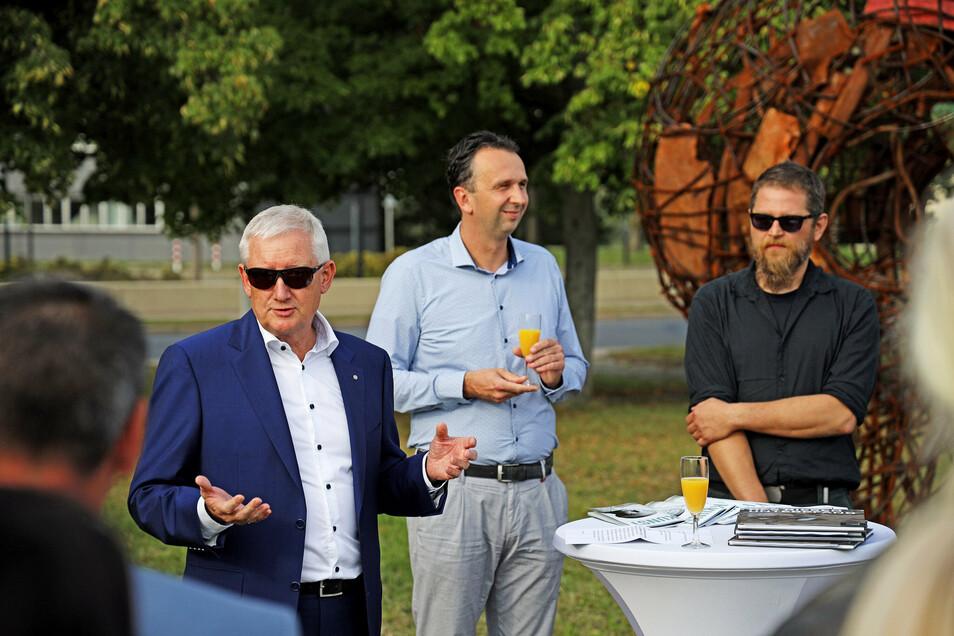 Ein Eindruck von der Einweihungsfeier am vergangenen Freitag: der frühere Feralpi-Werkleiter Frank Jürgen Schaefer, Riesas OB Marco Müller (CDU) und Künstler Christian Schmit (v.l.).