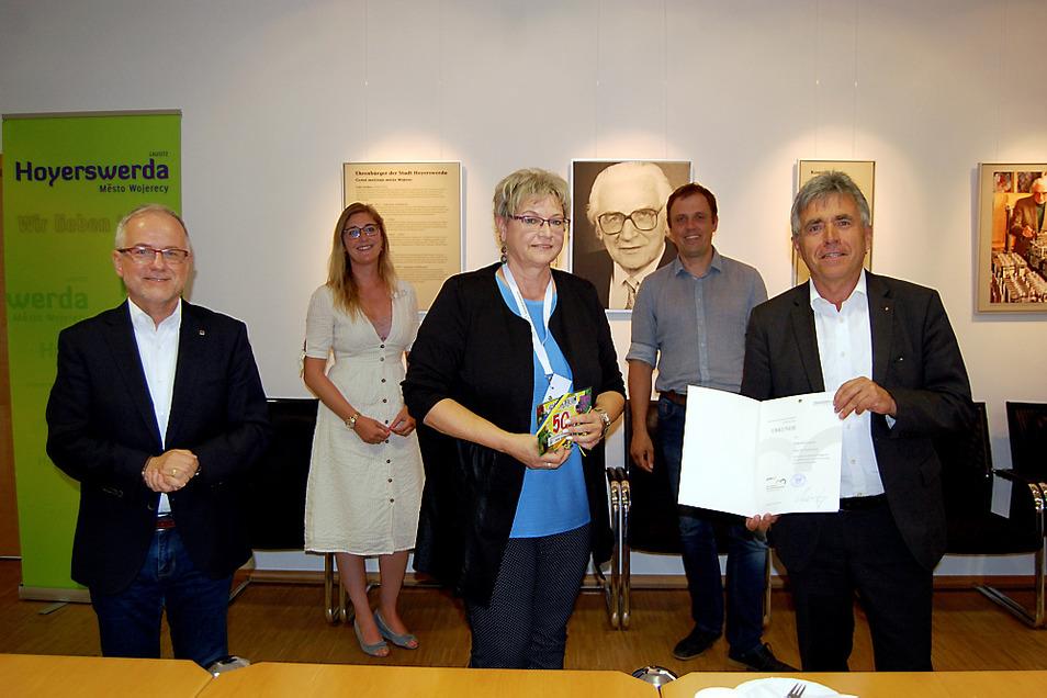 Zur Würdigung von Gabriela Linack (vorn Mitte) trafen sich im Rathaus OB Stefan Skora, die Ehrenamtsbeauftragte Dunja Reichelt, Bürgermeister Mirko Pink und Landrat Michael Harig (von links nach rechts).