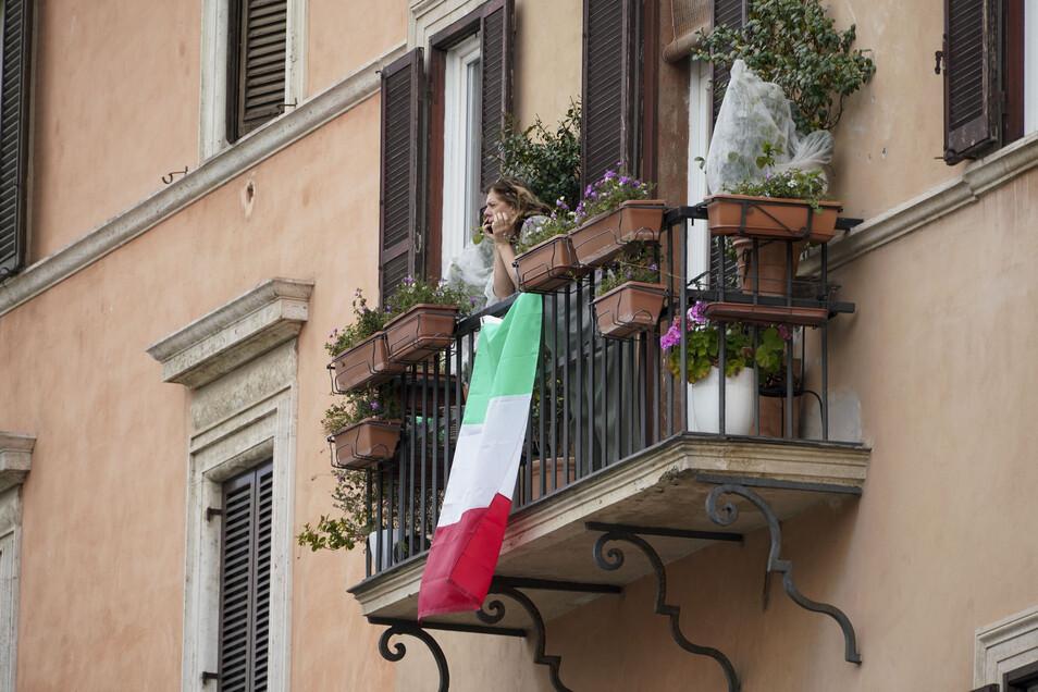 Für viele Italiener bleibt derzeit in erster Linie der Balkon, um frische Luft zu schnappen.