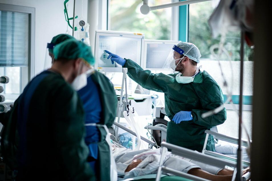 Das Corona-Infektionsrisiko ist in Krankenhäusern vor allem da hoch, wo sich viele Menschen aufhalten.