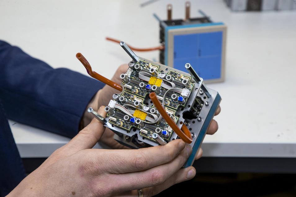 Der sogenannte Matrix Heizer, den die Gründer entwickelt haben, besteht aus einer Keramikplatte und jeder Menge Elektronik. Die Teile werden vor Ort in Freital zusammengesetzt und dann ausgeliefert - in alle Welt.