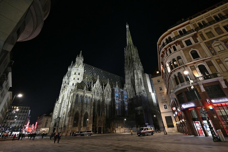 Ganz wenige Menschen laufen über den Wiener Stephansplatz.