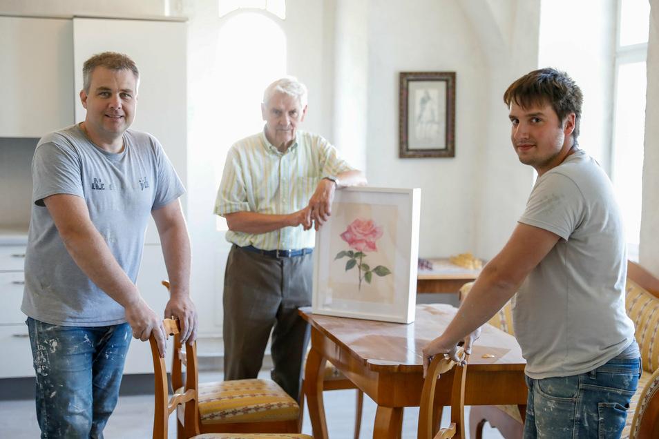 Die neuen Besitzer des Leutersdorfer Schlosses Helmut Zaggl (links) und Joel Lanbach (rechts) zeigen Bürgermeister Bruno Scholze im Erdgeschoss die bereits fertig sanierte Küche mit einem kombinierten Esszimmer.
