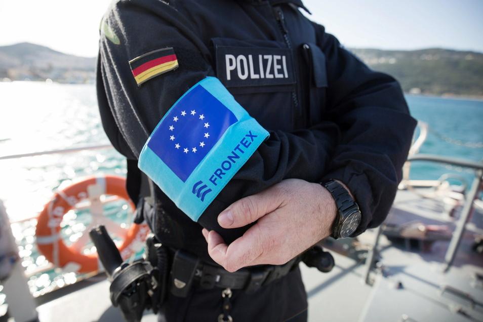 Ein Beamter der Bundespolizei See steht im Hafen der Insel Samos auf dem Vordeck eines Streifenboots. Etliche Stellen ermitteln gegen Frontex, auch wegen mutmaßlicher Grundrechtsverstöße.