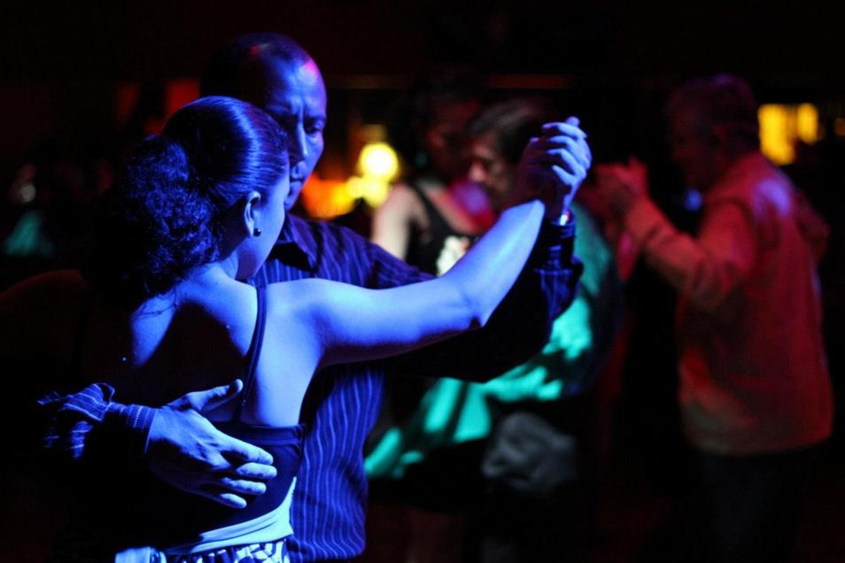 Schummriges Licht, tanzende Paare: Bei der Tanzparty am Samstagabend könnte es ganz ähnlich aussehen wie auf diesem Foto. Die Veranstaltung soll den Schlusspunkt unter das Tanzfest setzen, das erstmals im Dreiseithof stattfindet.