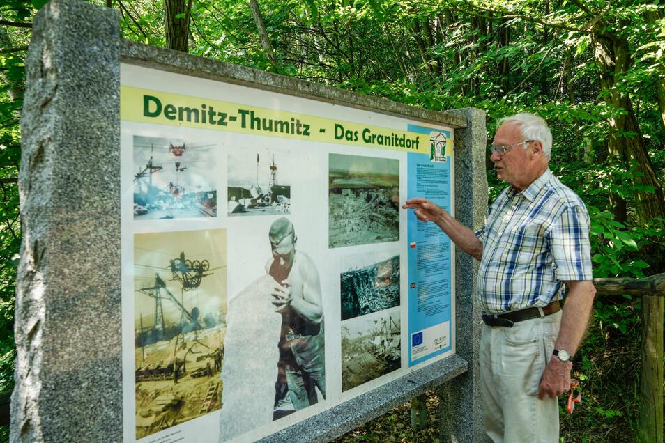 Mehrsprachig beschriftete Tafeln informieren über die Geschichte des Granitabbaus in Demitz-Thumitz.
