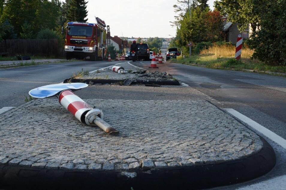Der Phaeton riss bei der Fahrt über die Verkehrsinsel zwei Schilder um. Er blieb 60 Meter nach der Unfallstelle am rechten Straßenrand stehen.