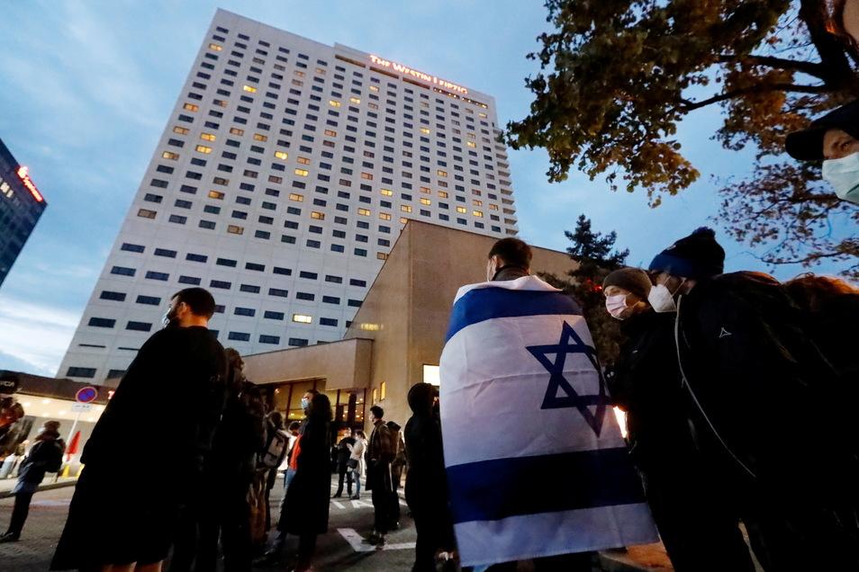 Am Dienstagabend wollten auch Mitarbeiter des Leipziger Westin-Hotels mit diesem Banner ein Zeichen gegen Antisemitismus setzen.