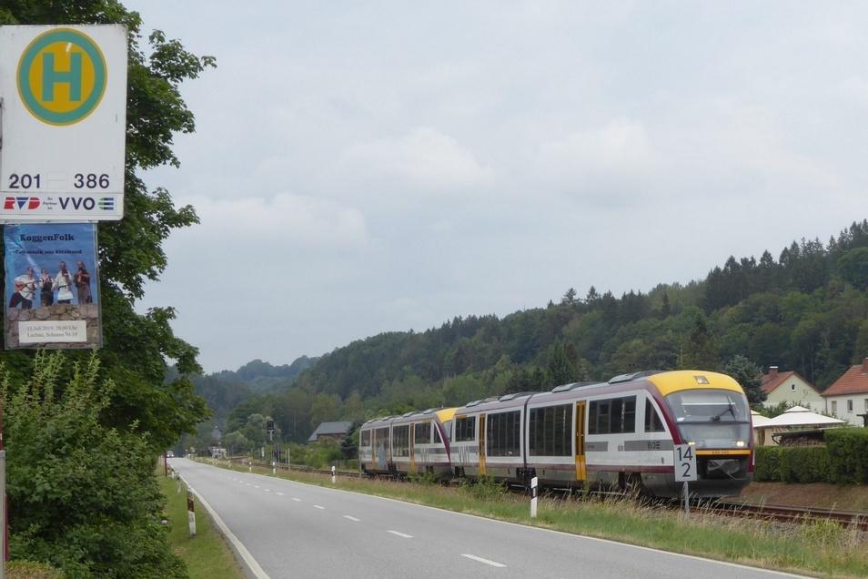 Ein historisches Foto? Vielleicht. Vorige Woche rollte vermutlich zum letzten Mal ein Triebwagen mit dem Logo der Städtebahn Sachsen durchs Müglitztal.