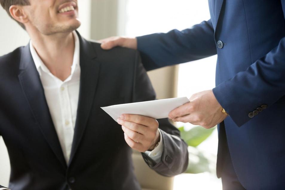 Bestechung beginnt oft ohne, dass man es merkt. Ein weiterer Grund bei Geschenken genau hinzuschauen und konsequent zu sein