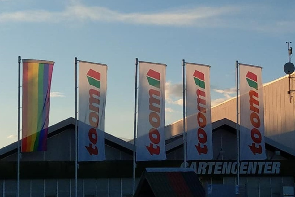 Obwohl es sich um eine mehrwöchige Aktion aller Toom-Baumärkte handelt, ist die Flagge in Riesa nach nicht mal einem Tag verschwunden.