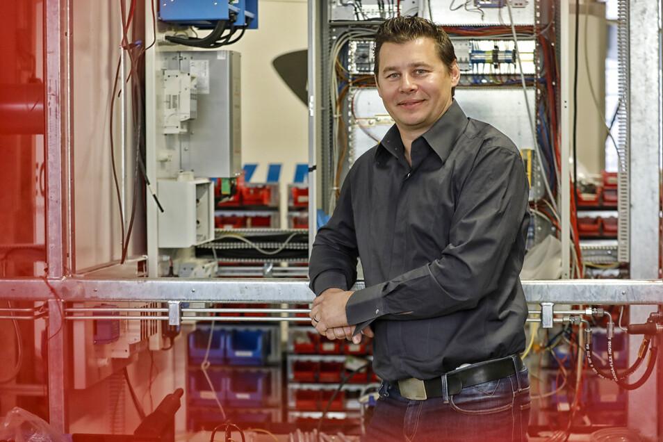 Geschäftsführer Silvio Leschke in der Produktionshalle von Gemtec in der Firma Vimtec in Hainewalde.