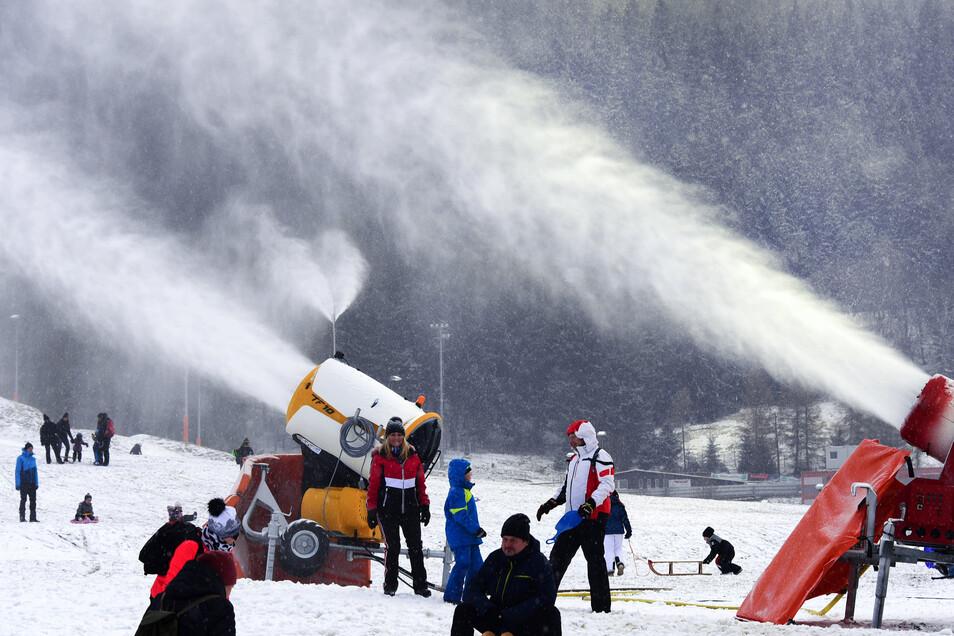 Die Schneekanonen können nicht überall angeworfen werden. An vielen Skihängen Sachsens ist der Boden zu warm.
