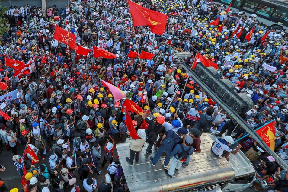 Demonstranten schwenken Fahnen der Partei National League for Democracy während eines Protestes gegen den Militärputsch in Myanmar.