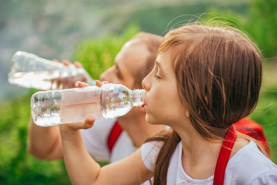 Regelmäßige Trinkpausen gehören beim Wandern dazu.