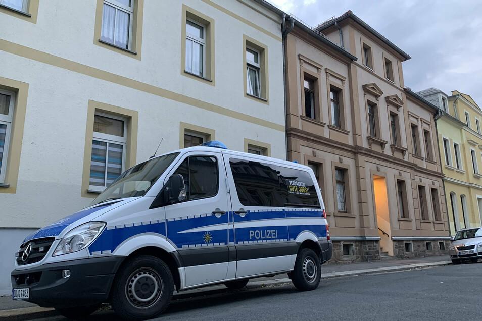 Polizeibeamte haben am Mittwochabend in der Albertstraße eine Wohnung im ersten Obergeschoss durchsucht. Sie nahmen mehrere Tüten mit beschlagnahmten Dingen mit.