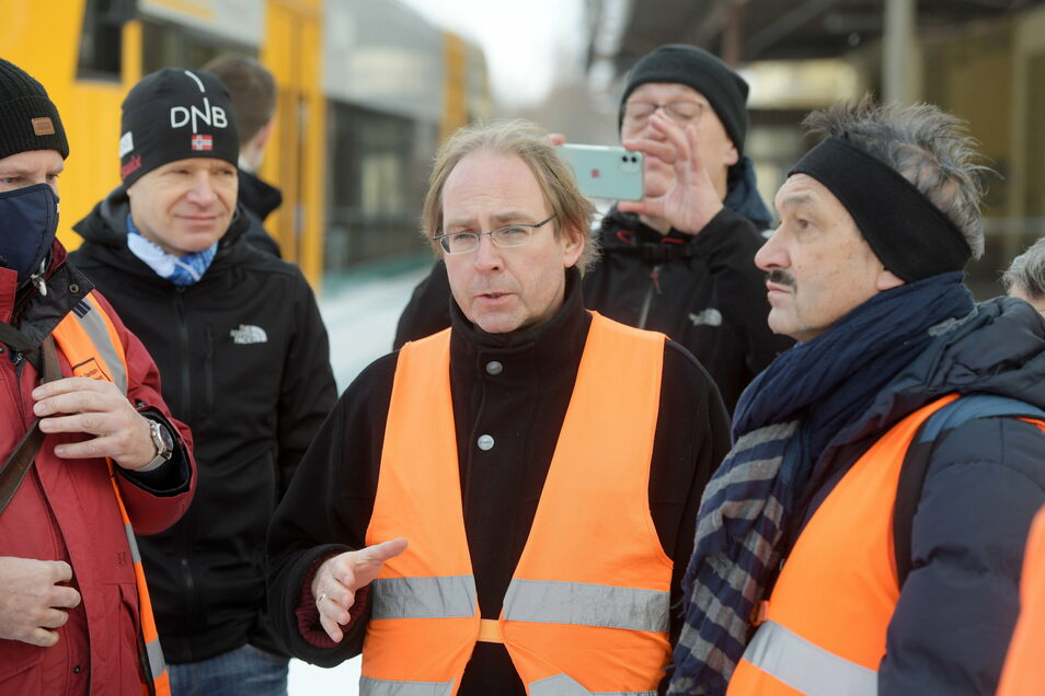 DRE-Betriebsleiter Andreas Franzke (Mitte) im Gespräch mit Dr. Steffen Henkel (rechts) vom Eisenbahnbundesamt, der auch der Landesbeauftragte für den Bahnbetrieb ist, nach der Testfahrt von Großschönau nach Seifhennersdorf.