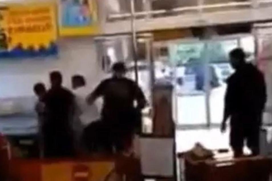 Eine Video-Szene, die 2016 Aufsehen erregte: Vier Arnsdorfer überwältigen im Supermarkt einen Flüchtling.