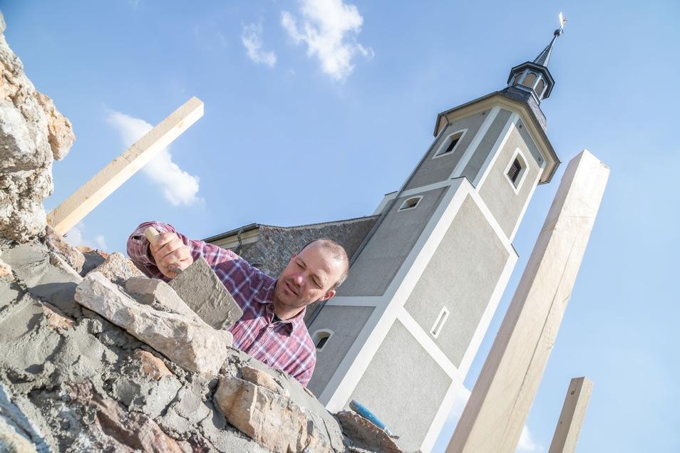 Bauhandwerker Torsten Ufer aus Diehsa baut die Mauer an der Kirche wieder auf. An ihr wird eine neue Grabanlage für Urnen geschaffen.