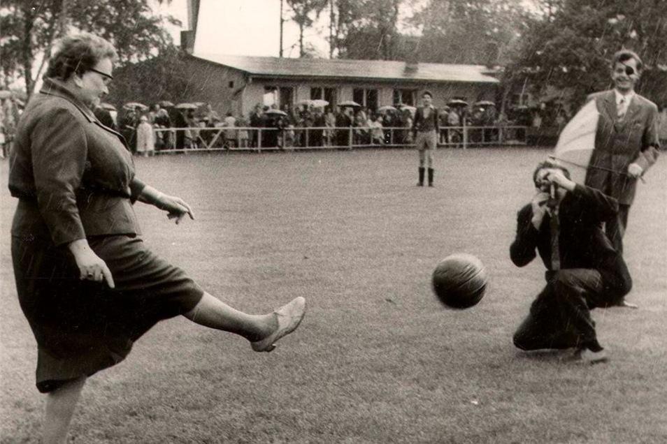 Anstoß mit Rock und Hackenschuhen. Zur Einweihung des Sportplatzes in Querum tritt die Oberbürgermeisterin 1960 selbst gegen das runde Leder.