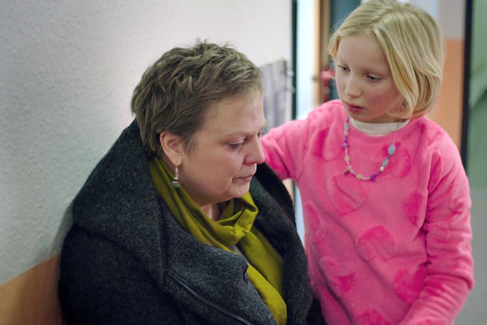 """Gabriela Maria Schmeide (l) als Frau Bafane und Helena Zengel als Benni in einer Szene des Films """"Systemsprenger"""". Beide bekamen eine """"Lola""""."""