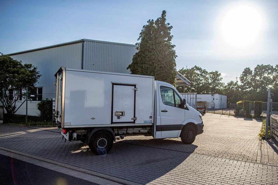 Ein Lieferwagen fährt auf den Hof eines Fleischproduzenten: Der TÜV stellt bei Nutzfahrzeugen mehr Mängel fest.
