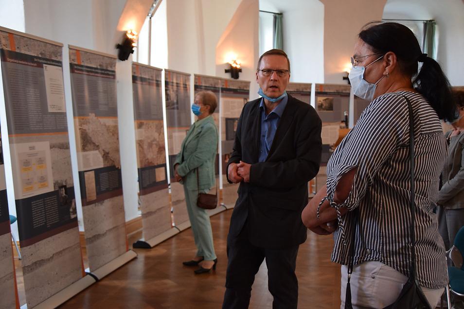 Dr. Boris Böhm führte bei der Eröffnung Gabriele Schluttig (vorn) und andere Gäste durch die Ausstellung im Schloss.