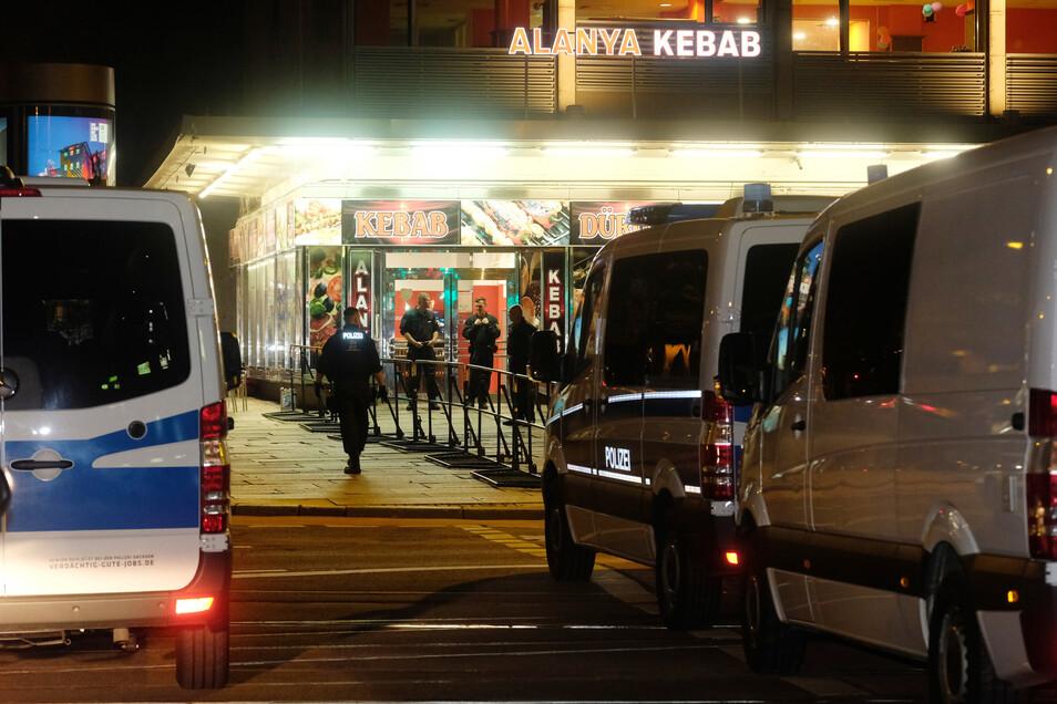 Polizisten während der Tatortbesichtigung am Döner-Laden in Chemnitz: Ein Zeuge hatte ausgesagt, aus einem Fenster des Imbisses das Tatgeschehen beobachtet und den Angeklagten dabei erkannt zu haben.