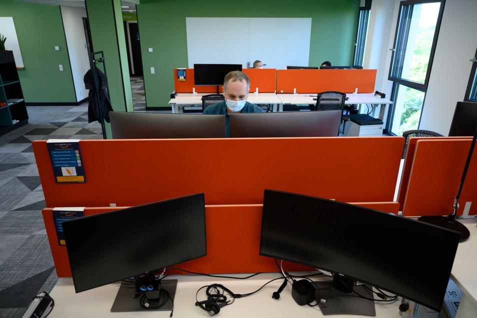 Ein Mitarbeiter arbeitet währen des Rundgangs zur der Eröffnung des Amazon Development Center Dresden an seinem Computer.