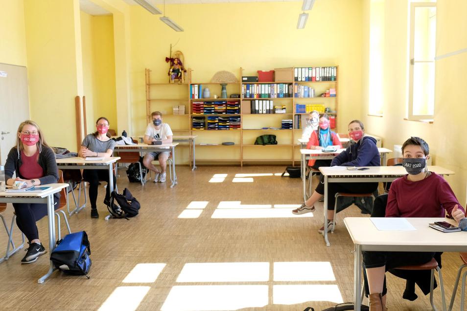 Sieben SchülerInnen der Abiklasse der Freien Werkschule. Die Abiklasse wurde gedrittelt und in verschiedenen Klassenräumen untergebracht. Die Schüler haben alle einen Mund/Nasenschutz erhalten.