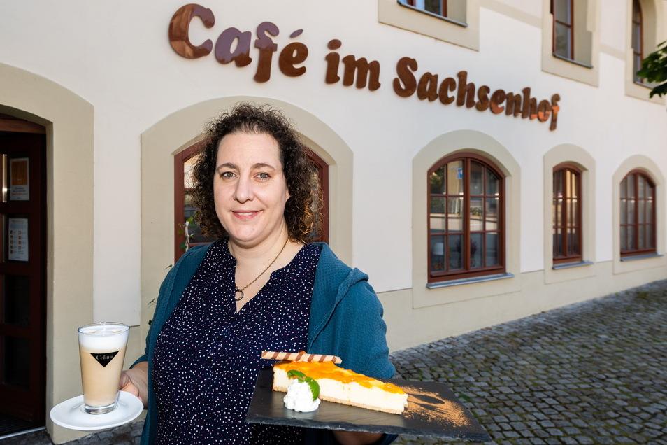 """Gleich neben dem Gewölberestaurant betreiben Sandra Lehmann und ihre Frau in Königstein das Café und Bistro """"Happy End""""."""