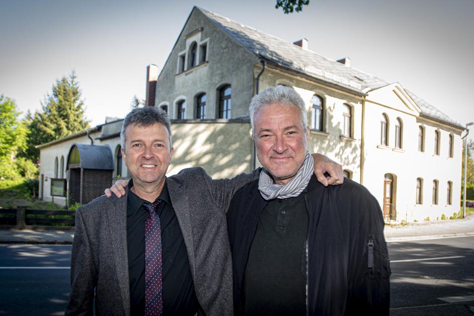 Die Brüder Michael (l.) und Andreas Schneider bauen das ehemalige katholische Gotteshaus in Bretnig zum Wohn- und Ärztehaus um.