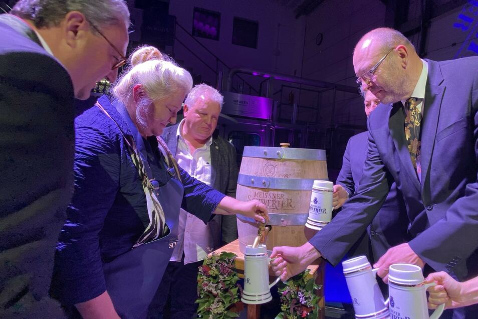 Konzentration und jetzt fließt es, das neue Bockbier. Festrednerin Antje Hermenau schaffte den Anstich in drei Schlägen. Mit dabei Brauerei-Inhaber Eric Schäffer, Braumeister Bernd Heitmann und OB Olaf Raschke (v.l.)