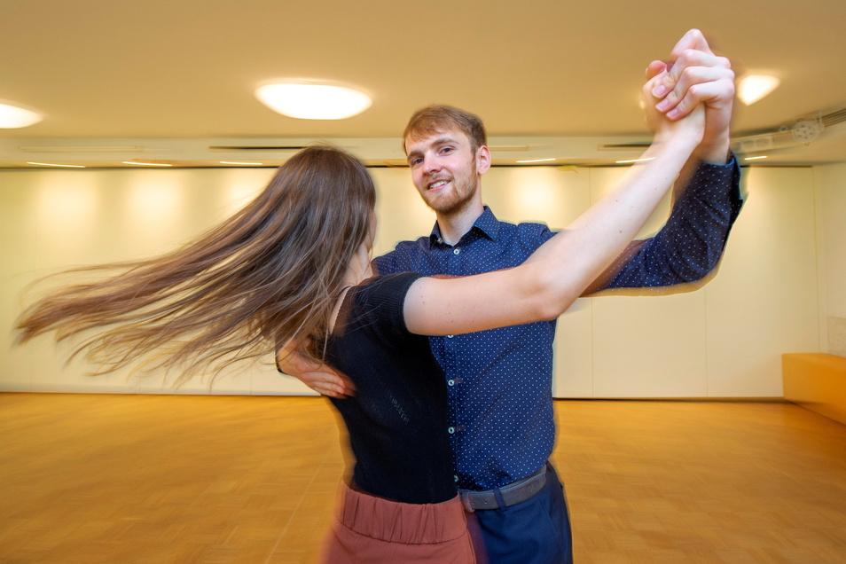 Frithjof Kulawik tanzt mit seiner Partnerin Jessica Weber im Saal der Tanzschule Linhart. Dort hat der heute 22-Jährige als Neuntklässler seine Begeisterung für Rhythmus und Bewegung bei der Tanzstunde entdeckt und nun sein Hobby zum Beruf gemacht.