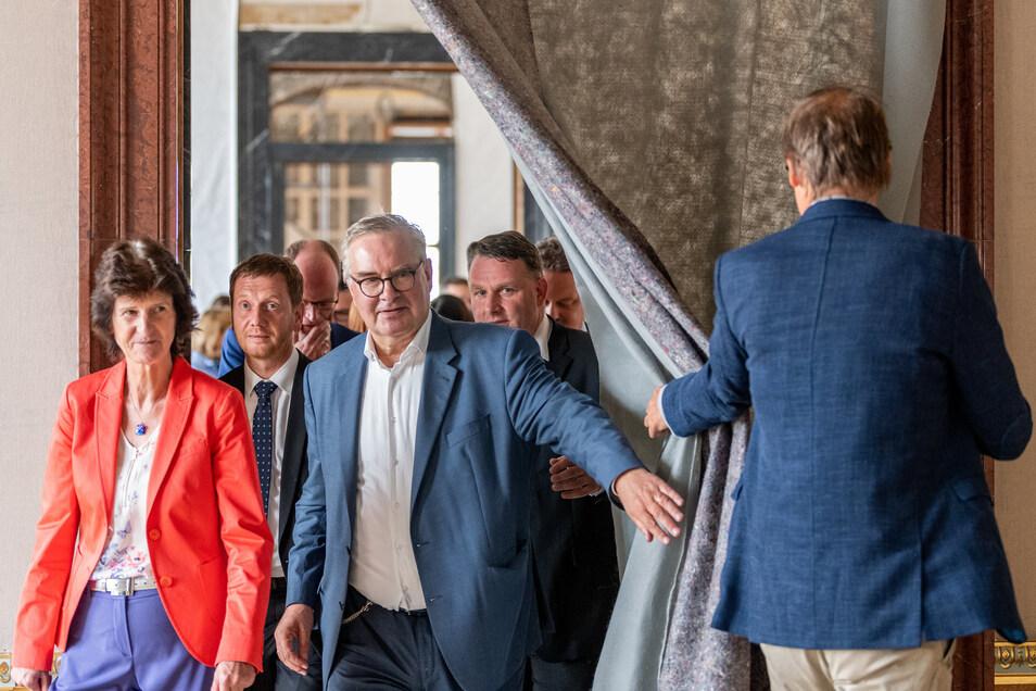 Michael Kretschmer (CDU, 2.v.l), Ministerpräsident von Sachsen, Eva-Maria Stange (SPD, l), Staatsministerin für Wissenschaft und Kunst, Dirk Syndram (3.v.l), Direktor des Grünen Gewölbes und der Rüstkammer der Staatlichen Kunstsammlungen Dresden und Chris