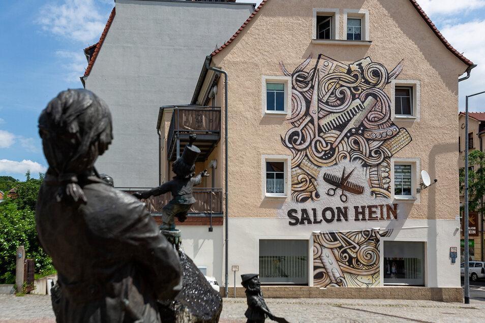 Das große neue Graffito an der Hauswand des Salon Hein in Freital ist weithin von der Dresdner Straße aus zu sehen.