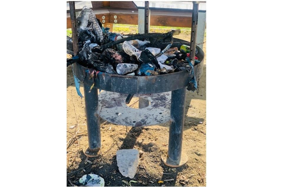Auf der Grillstelle ist offenbar Müll angezündet worden.